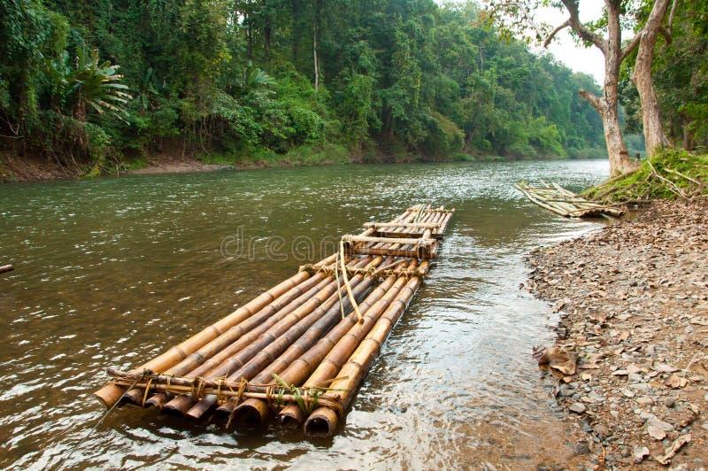 flottörhus raftflod för bambu royaltyfri foto