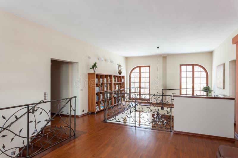 Flott hus - elegant mezzanine fotografering för bildbyråer