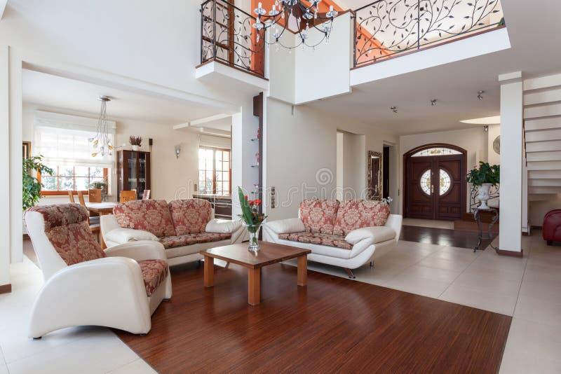 Flott hus - vardagsrum royaltyfri foto