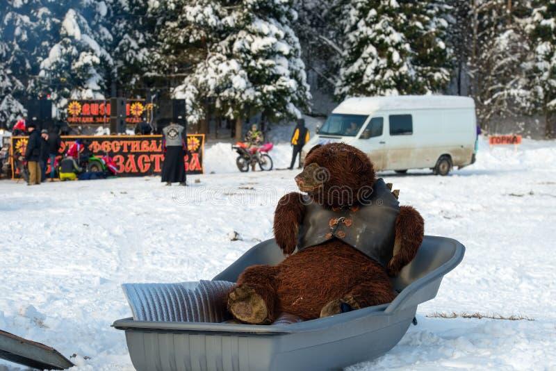 Flott leksakbjörn i en snövesslasläp royaltyfri fotografi