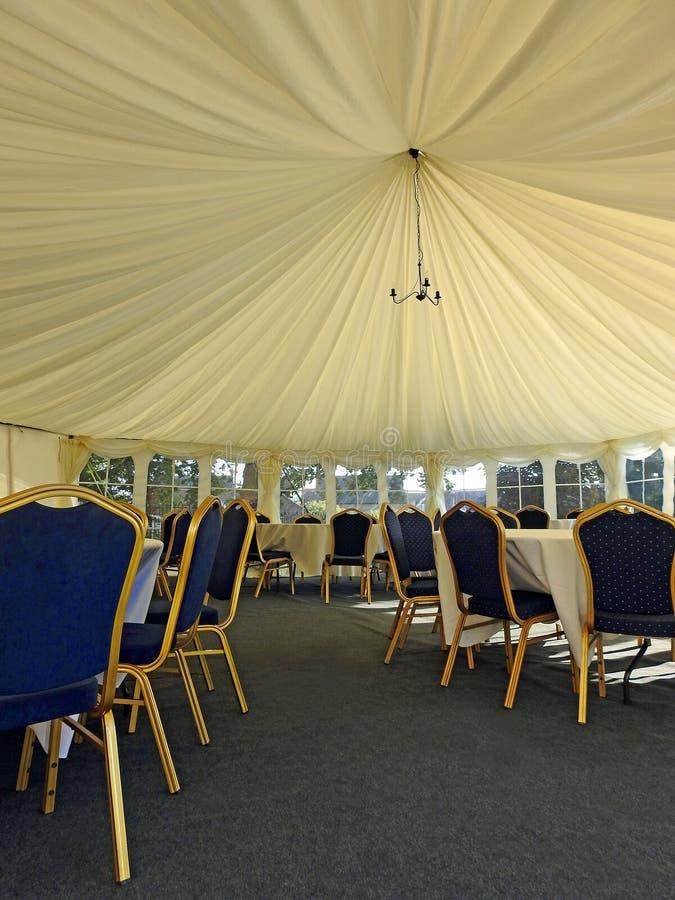 Flott tält för bröllopstort festtältmottagande arkivbilder