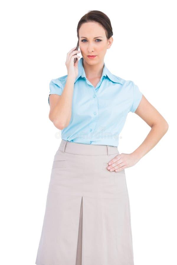 Flott ung affärskvinna på telefonen royaltyfria bilder