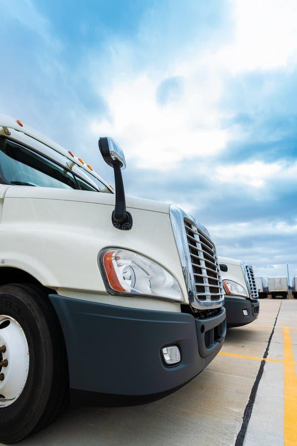 Flotta dei 18 camion bianchi dei semi del carraio fotografie stock libere da diritti