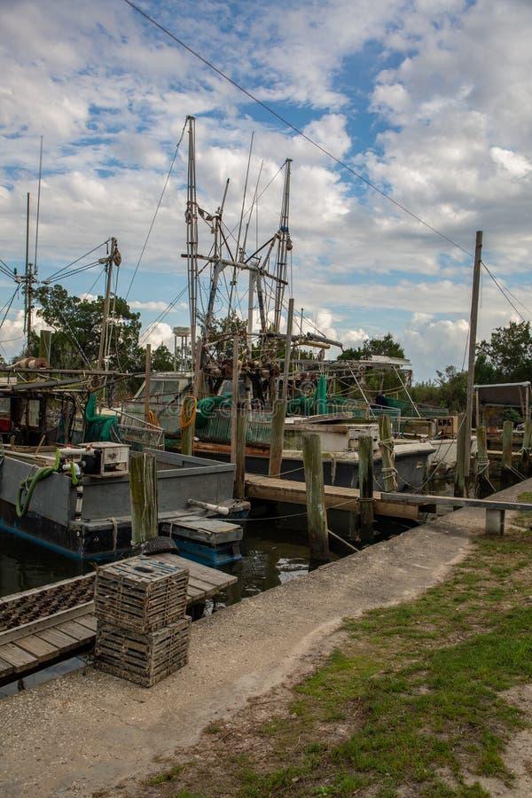 Flotta delle barche shrimping messe in bacino lungo un fiume in Florida fotografia stock