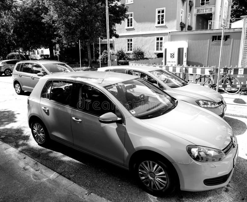Flotta di Volkswagen Golf in città tedesca centrale in bianco e nero immagine stock