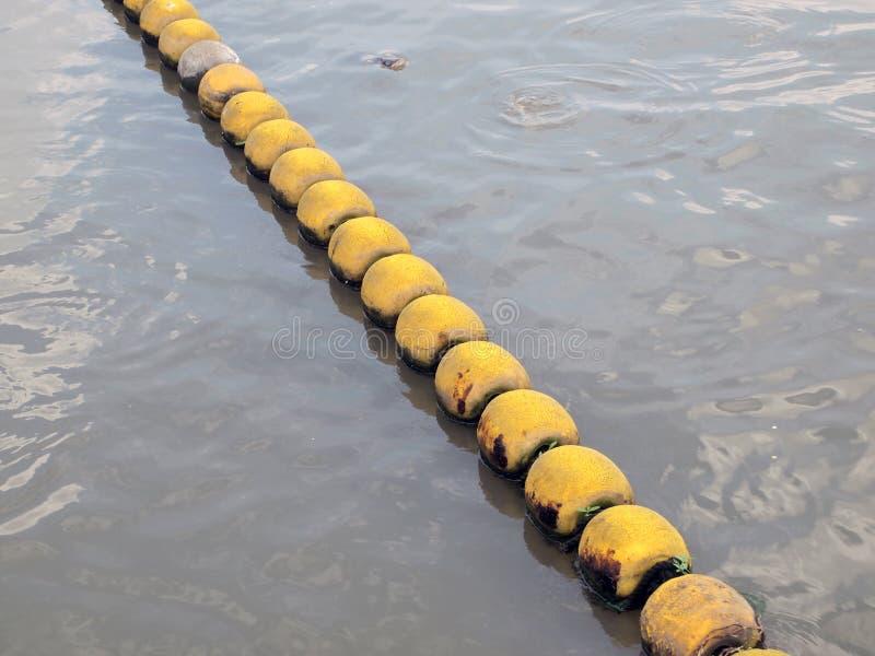 Flottabilité sur la rivière photo stock
