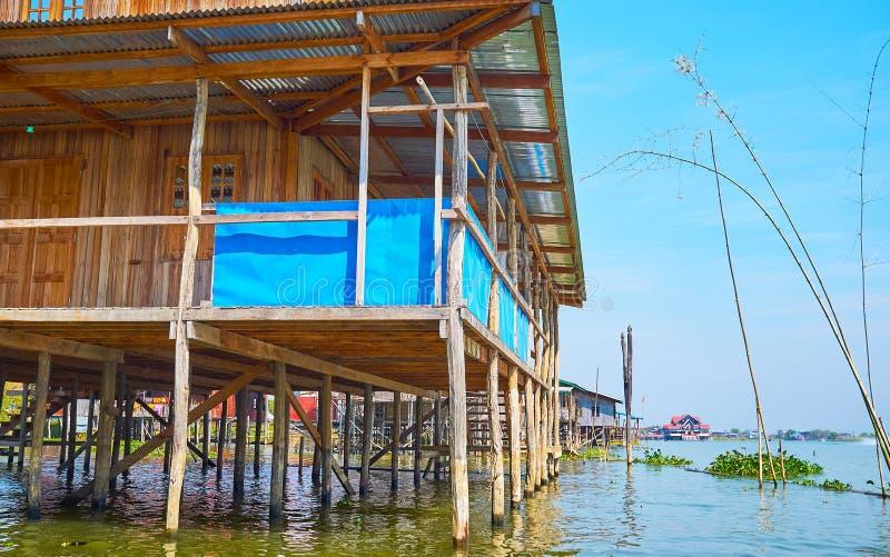 Flottant le long de la maison d'échasse, lac Inle, Myanmar image stock
