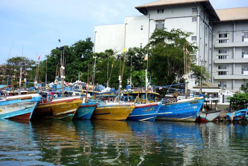 Flotte de bateau de pêche dans le port bâti photos libres de droits