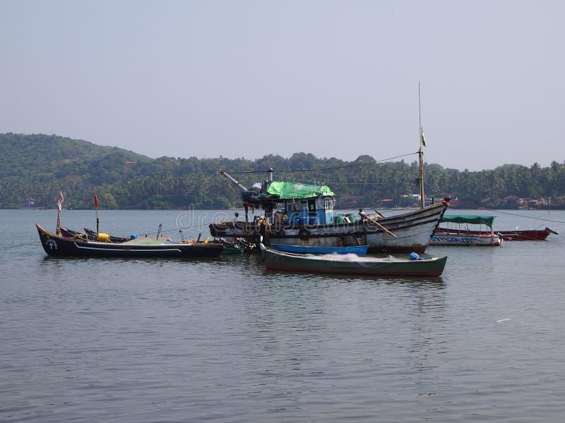 Flotte der handwerklichen Fischereien, zum Hafen nach, der den day's zurückbringend fischen, in Goa, Indien ist stockfoto