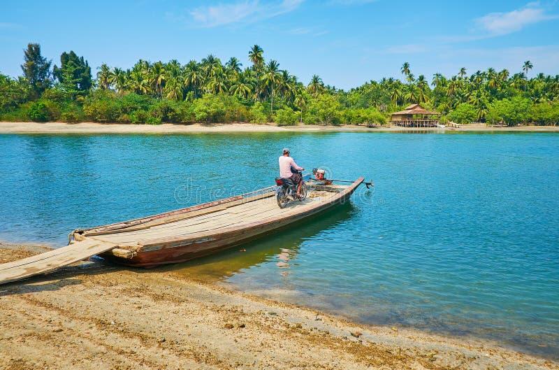 Flotte-färja på floden, Thazin, Ngwesaung, Myanmar arkivfoto