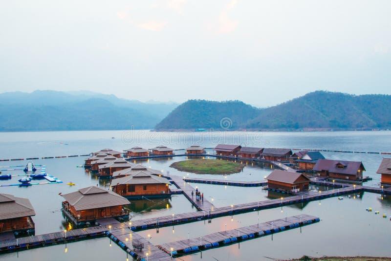 Flottehus på Lakeside i Kanchanaburi royaltyfri bild