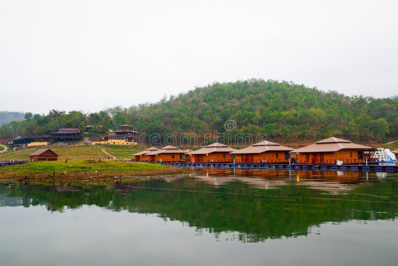 Flottehus på Lakeside i Kanchanaburi royaltyfri fotografi