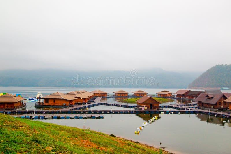 Flottehus på Lakeside i Kanchanaburi arkivfoto