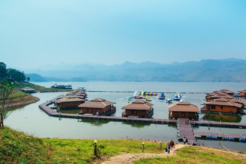 Flottehus på Lakeside i Kanchanaburi arkivbilder