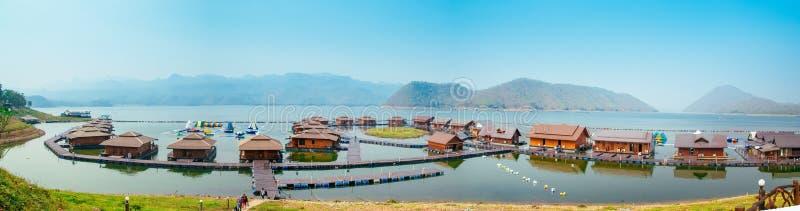 Flottehus på Lakeside i Kanchanaburi royaltyfri foto