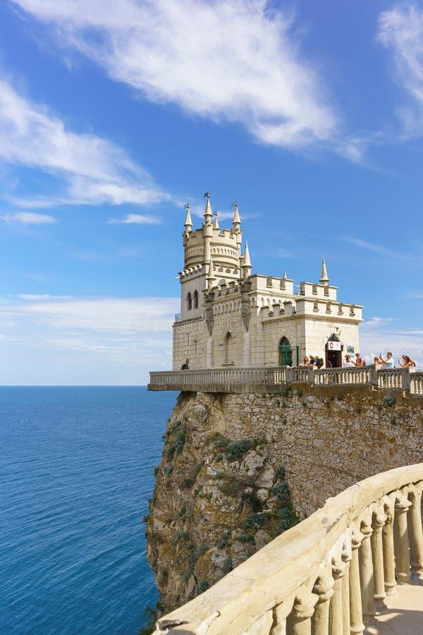 Flottement au-dessus du nid de l'hirondelle gothique vieille d'un siècle de château de mer sur la roche de l'aurore Attraction po photographie stock