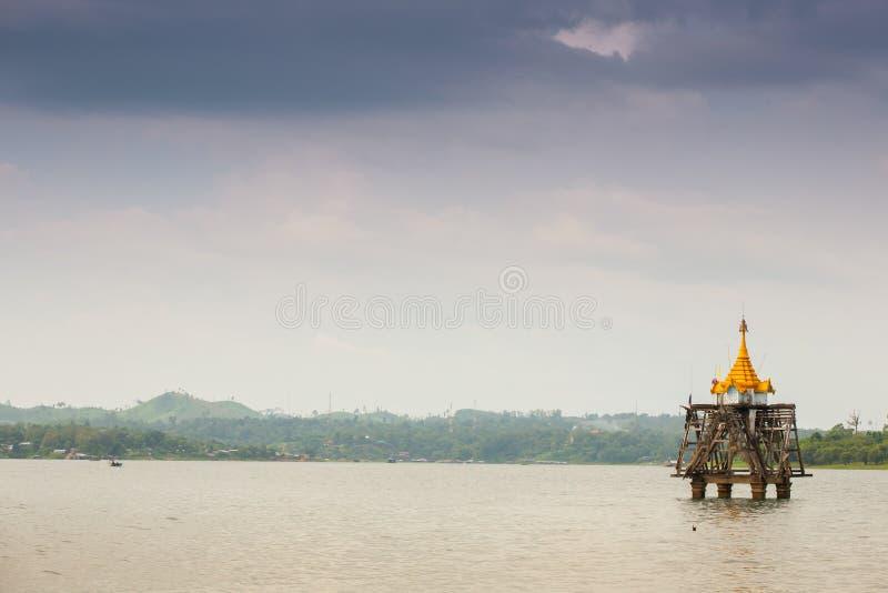 Flottement de la pagoda dans le barrage sous le ciel nuageux photo stock