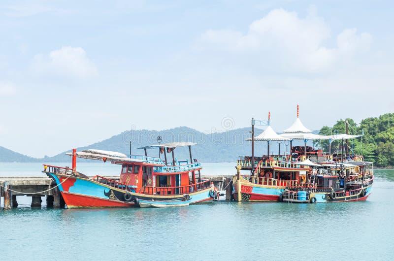 Flottement en bois thaïlandais coloré de bateaux de pêche amarré dans la côte à l'île de Koh Chang images libres de droits