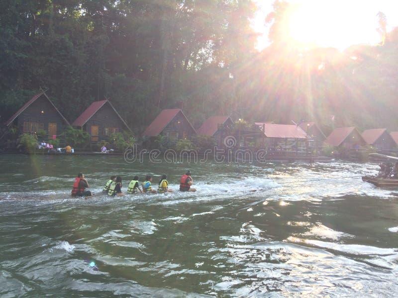 Flotten och fartyget turnerar på vattenfallet Sai Yok Kanchanaburi Thailand royaltyfri bild