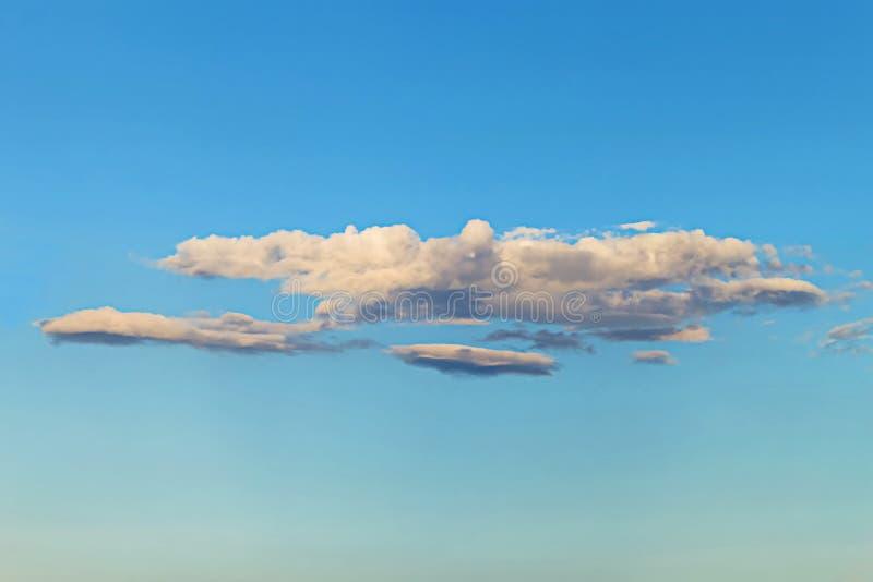 Flotteur blanc et foncé de nuage sur le ciel bleu photo libre de droits