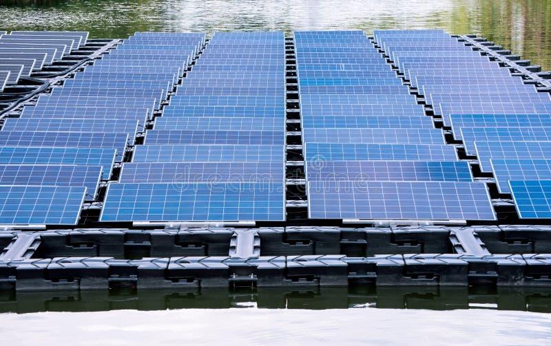 Flotteur de centrale solaire sur l'eau photo stock