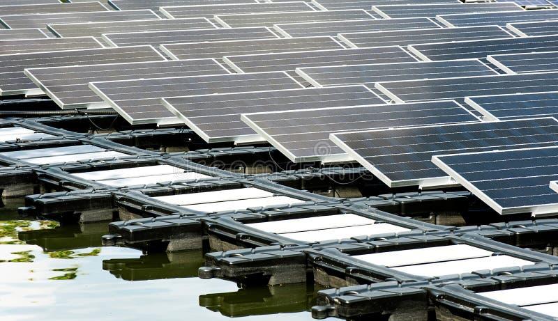 Flotteur de centrale solaire sur l'eau photo libre de droits
