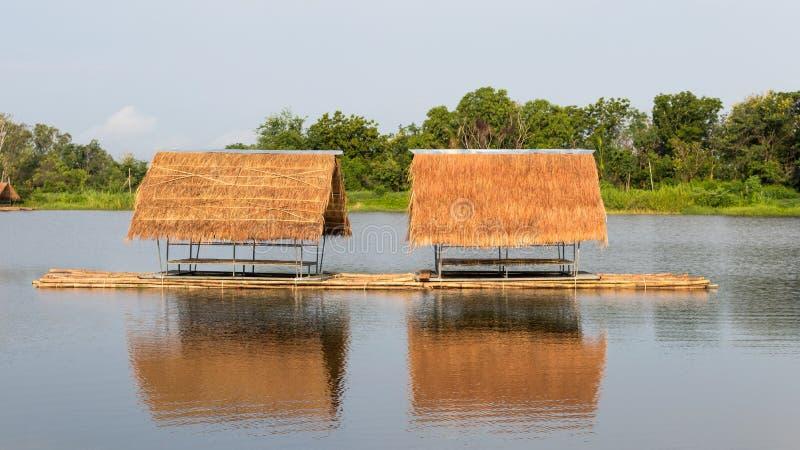 Flotteur de radeau sur le lac photo libre de droits