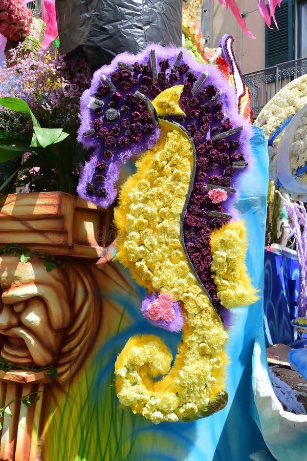 Flotteur fleuri dépeignant de divers caractères d'imagination photographie stock libre de droits