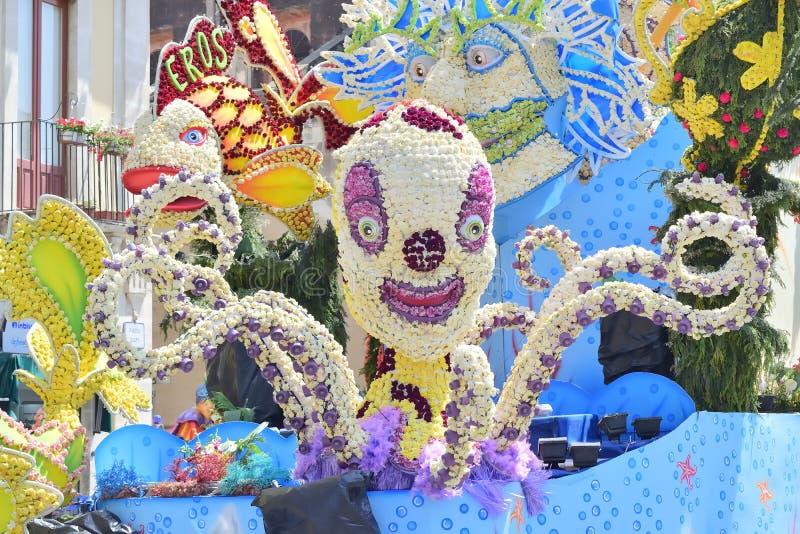 Flotteur fleuri dépeignant de divers caractères d'imagination images stock