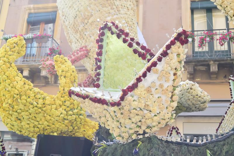 Flotteur fleuri dépeignant de divers caractères d'imagination photo stock