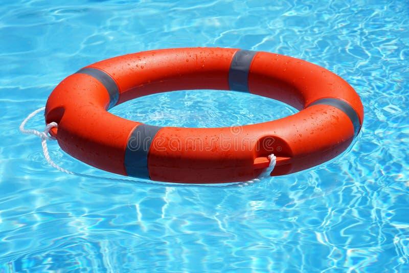 Flotteur rouge d'anneau de piscine de bouée de sauvetage photographie stock