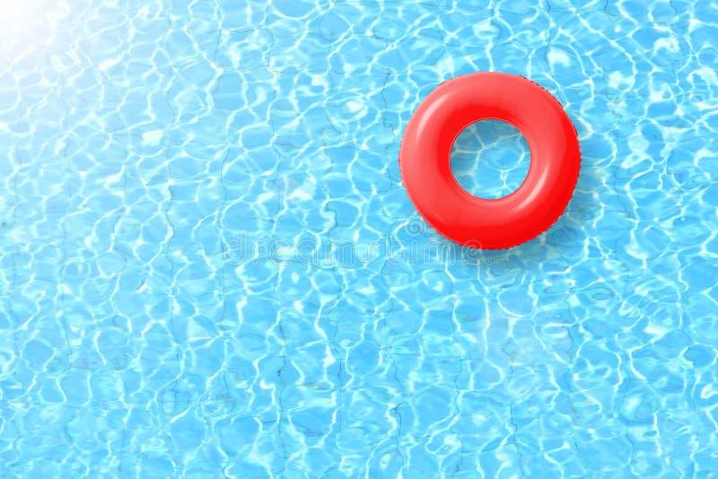 Flotteur rouge d'anneau de piscine en eau bleue et soleil lumineux photos stock