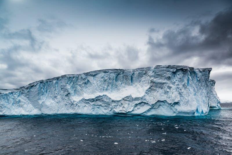 Flotteurs énormes d'iceberg de dessus de table en mer antarctique photos libres de droits