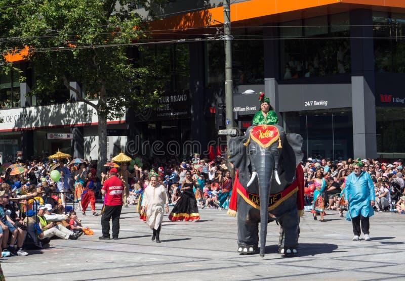 """Flotteurs """"Nellie d'imagination que l'éléphant """"exécutent dans le défilé 2018 de reconstitution historique de Noël de Credit Unio photo libre de droits"""
