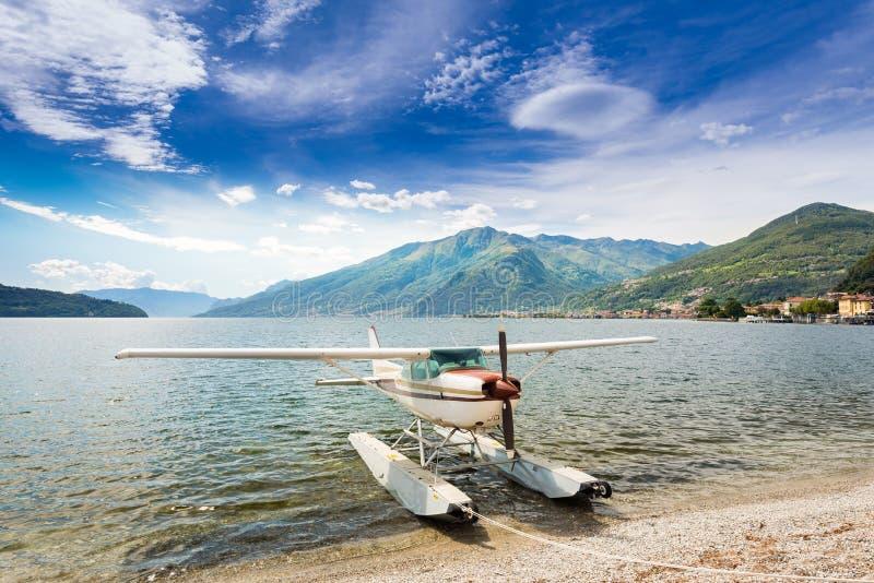 Flottez l'avion accouplé à une plage sur le lac Como en Italie, l'Europe photographie stock libre de droits