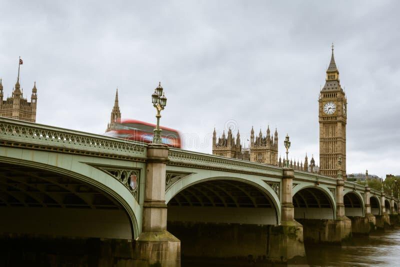 Flou de mouvement d'un double bus rouge en traversant le pont de Westminster à Londres image libre de droits