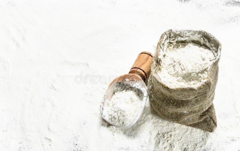Flour в сумке с деревянным ветроуловителем стоковые изображения