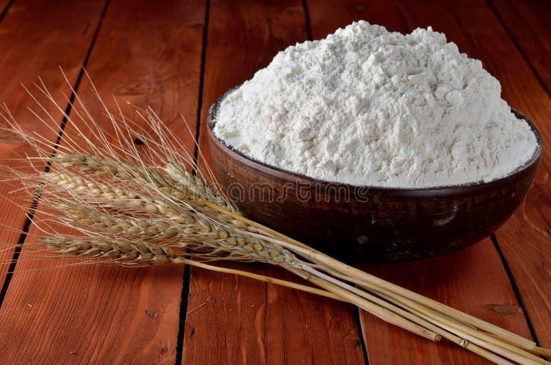 Flour в шаре и ушах глины на деревянном столе стоковое фото rf