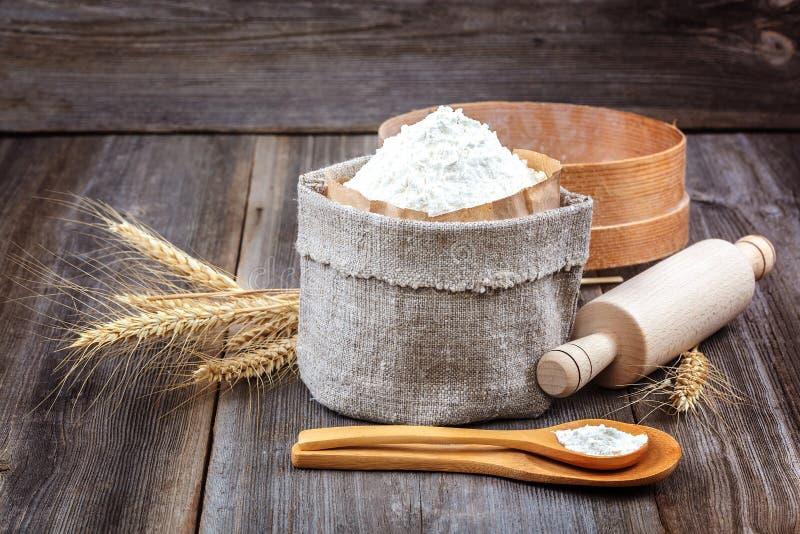 Flour em um saco da lona, orelhas do trigo fotografia de stock royalty free
