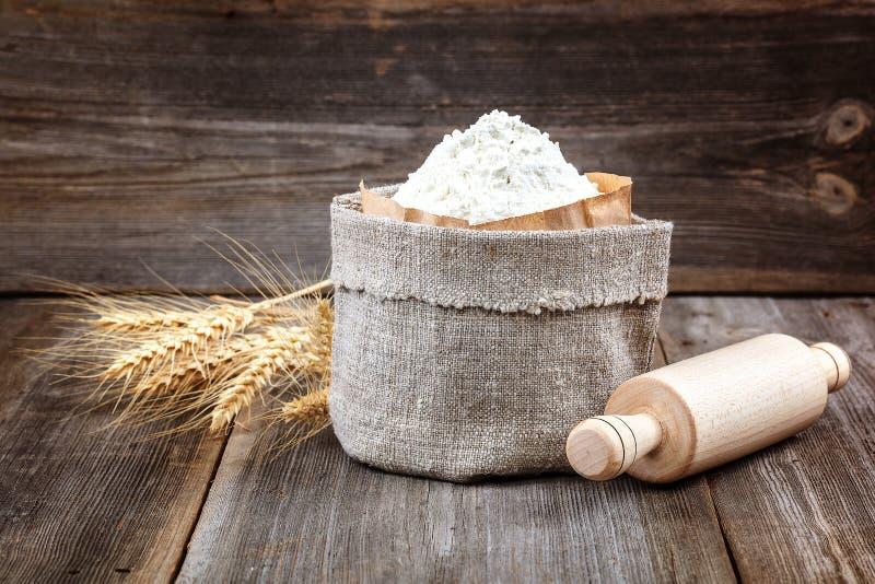 Flour em um saco da lona, orelhas do trigo imagem de stock royalty free