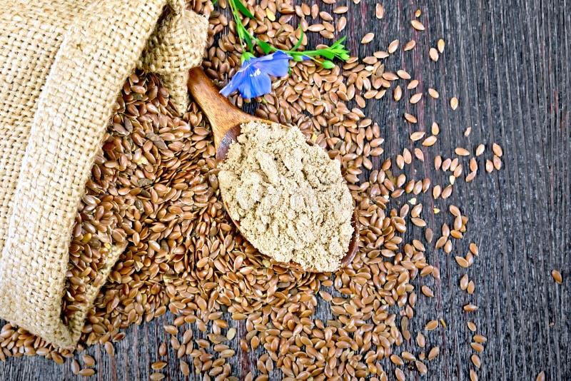 Flour o linho na colher com a flor a bordo da parte superior imagem de stock royalty free