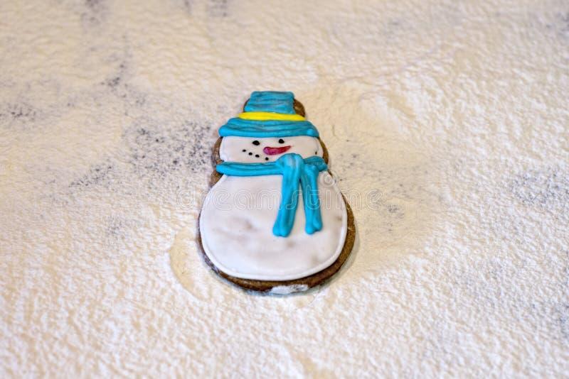 Floured снеговик пряника, стоковая фотография