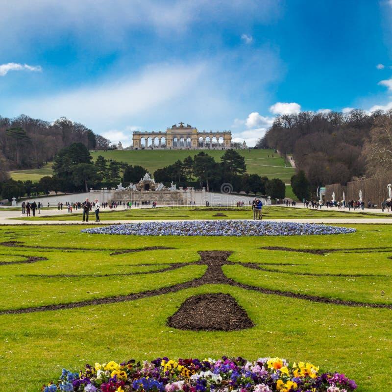 Flowerbed, turyści, Neptune fontanna i glorieta przy Schonbrunn, Wiedeń, Austria obrazy royalty free