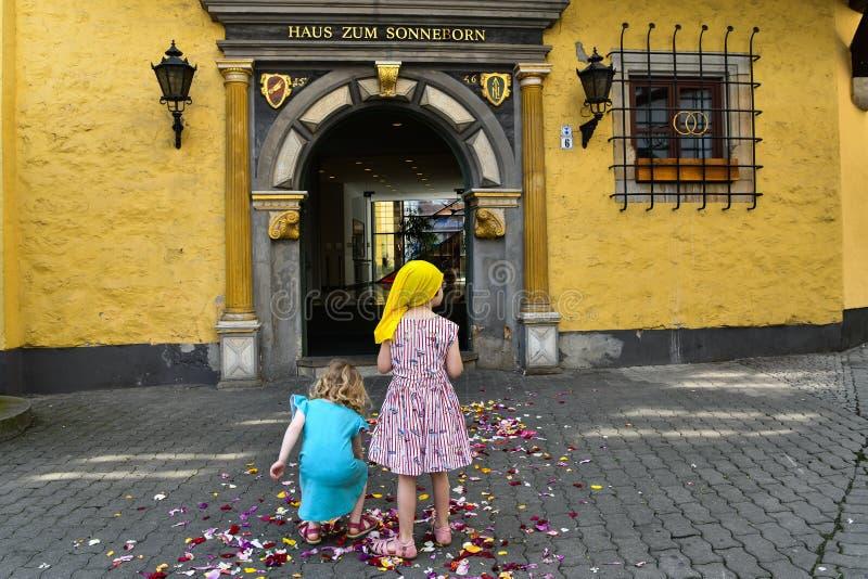 Flowerchilds - dyspersja kwiaty dziećmi przy ślubem zdjęcie royalty free