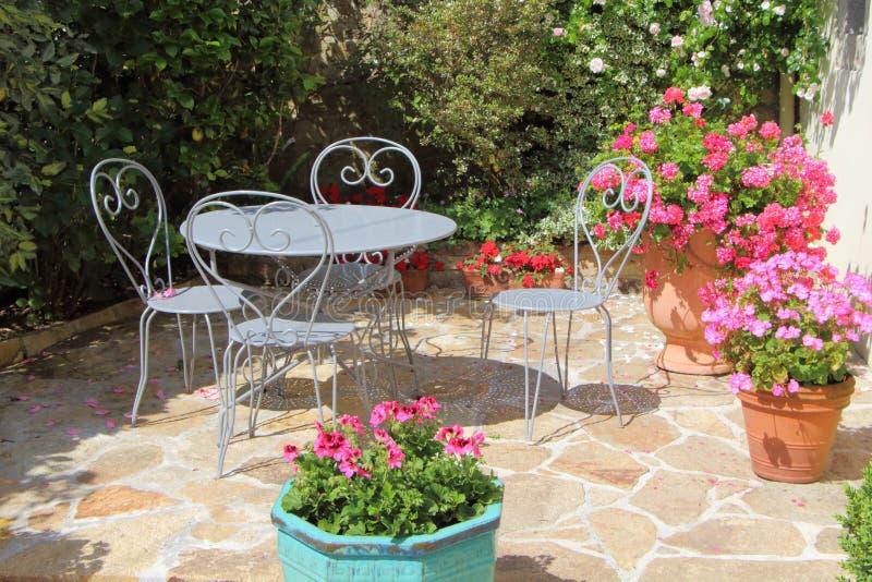 Stunning download flowered terrace with garden furniture for Piccoli giardini fioriti
