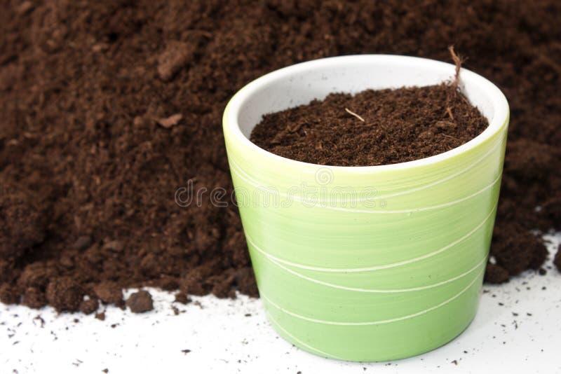 Flowerpot με το χώμα από ο σωρός που γεμίζει του χώματος στοκ εικόνες