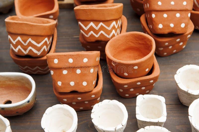 Flowerpot od earthenware na drewnianym stole craftsmanship obrazy royalty free