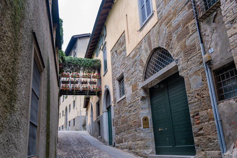Flowers Gallery tussen huizen op een smalle straat Bergamo Italië royalty-vrije stock afbeelding