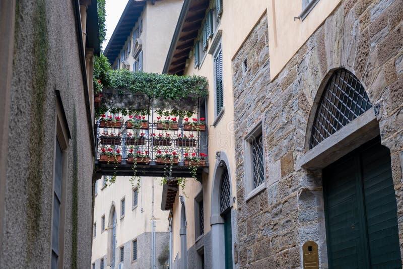 Flowers Gallery tussen huizen op een smalle straat Bergamo Italië stock foto