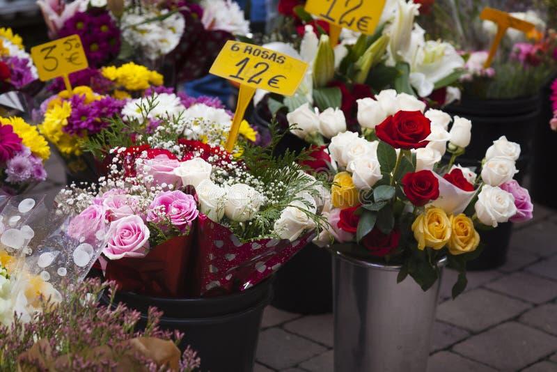 Flowes con precios en una tienda de flores imagen de archivo